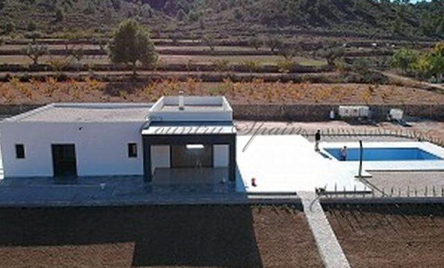 {:en}New build with pool and double garage{:}{:fr}Nouvelle villa avec piscine et double garage{:}{:nl}Nieuwbouw villa met zwembad en dubbele garage{:}